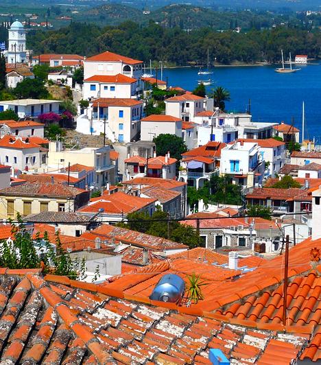 PorosPoros gyönyörű természeti tájairól, autentikus óvárosairól és jellegzetes velencei épületeiről híres. Mivel a turisták többsége a szomszédos, kozmopolitább Hydrát választja, a sziget ideális úti cél a nyugodtabb nyaralás kedvelőinek.