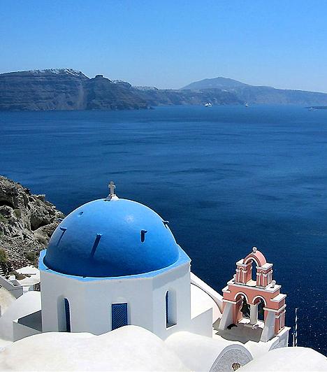 SantoriniA Kikládokhoz tartozó Santorini vulkanikus szigete nem véletlenül számít az egyik legkedveltebb görög úti célnak. A gyűrű alakú sziget egy egykori vulkán berobbanásának köszönheti létét, mely a szóbeszéd szerint olyan erős volt, hogy a közeli Atlantiszt is a tenger mélyére süllyesztette.