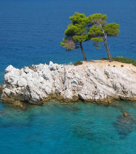 SkopelosSkopelos az Sporádok-szigetcsoport tagja, mely egyre növekvő népszerűségét az itt forgatott Mamma Mia című filmnek köszönheti. A kristálytiszta tengervíz, a fenyőerdők, a csendes kis öblök és a fehérre meszelt házak az Égei-tenger igazi ékszerévé avatják.