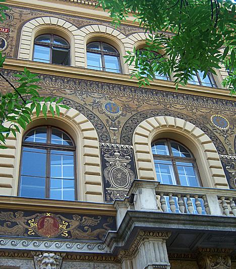 Andrássy útA híres fővárosi sugárút a Budapestből világvárost alkotó korszak építészeti csúcspontja. A 2002 óta Világörökség részét képező utca, mely az összeköttetést jelenti a dinamikus belváros és a Városliget zöldje között, neoreneszánsz, neobarokk, klasszicista, szecessziós és romantikus épületeket egyaránt magáénak tud.Kapcsolódó cikk:3 hely Budapesten, amit az egész világ csodál »