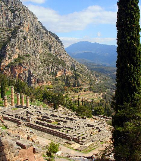 Delphoi romvárosa  Delphoi-t - mely ma egyszerre modern és romváros - az ókorban a világ közepének, egyúttal a legnépszerűbb jóshelynek tartották. A romvárosban látható marmariai tholosz nevű kerek templomot a világ köldökeként emlegetik, az Apollón-templom pedig egykor az Olümposzról lopott prométheuszi lángot őrizte.