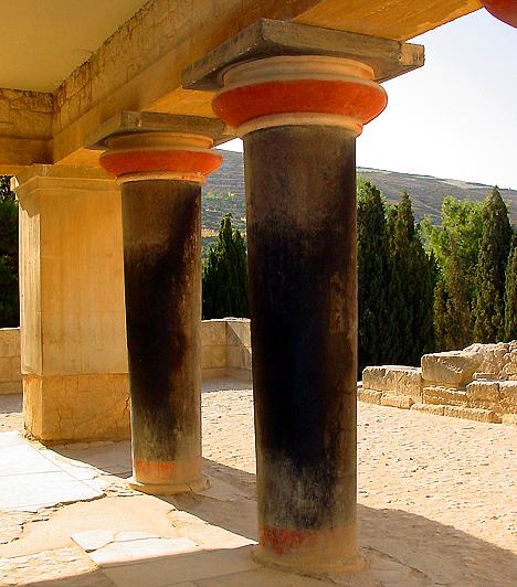A krétai Knosszosz-palotaA Kréta legnagyobb bronzkori épületegyüttesének számító Knósszosz-palota egykor valószínűleg a Minószi civilizáció központjának számított. A 20 ezer négyzetméteres teraszos, kaotikus épületcsoport alapján jött létre a palota labirintusának legendája, melyet az ókori Minotaurusz-mítosszal kötöttek össze.
