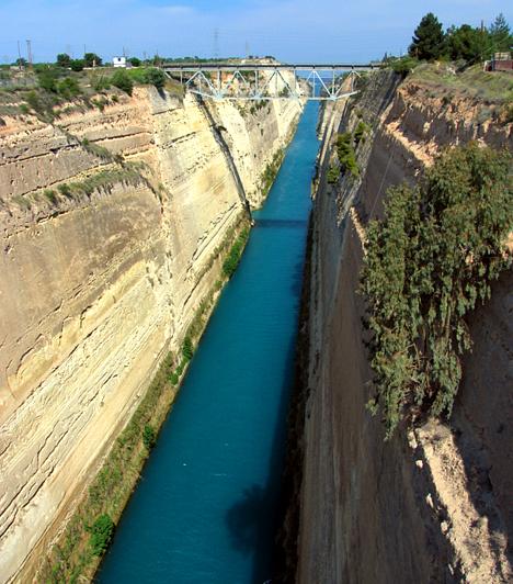 A Korinthoszi-szorosA Korinthoszi-öblöt és a Szaroni-öblöt összekötő csatorna létrejöttének terve már az ókorban megszületett, azonban csak az 1880-es években valósult meg. A nyolc méter mély, hat kilométer hosszú és csaknem 25 méter széles csatorna hídján állva, ha épp egy hajó halad el alattad, állítólag teljesül egy kívánságod.