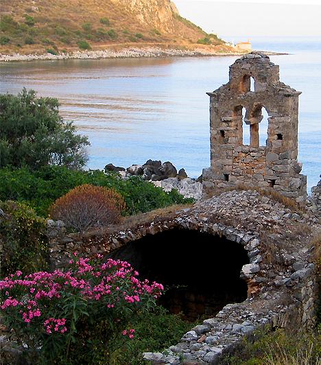 Mani-félsziget  A Görögország leghagyománytisztelőbb területének számító peloponnészoszi Mani-félsziget kolostorromokkal és virágokkal borított hegyes-dombos partszakasza számos látnivalót kínál. Ezek egyik legnevezetesebbjét a Diros-barlangok jelentik, melyek egykor majdnem fél Görögországot átszelték.  Kapcsolódó cikk: A legsúlyosabb illemtanbakik külföldön »