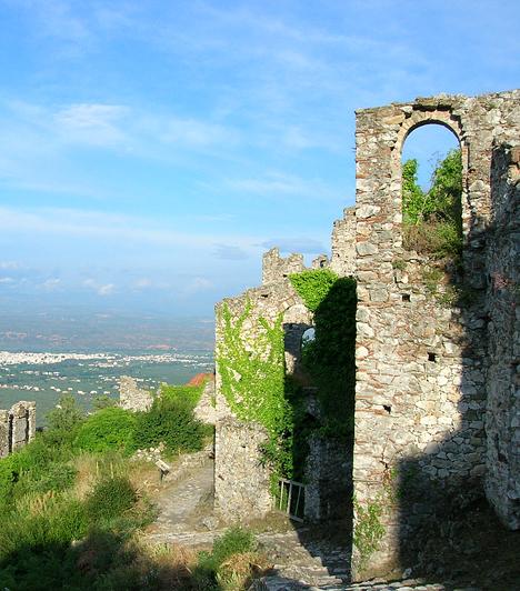 MystrasSpártától néhány kilométerre, a Peloponnészoszi-félszigeten található a Tajgetosz-hegy lankáira épült, ma kísérteties, elhagyott bizánci város, Mystras. A város 13. századi palotái, udvarházai és templomai jó állapotban maradtak fenn. Mystras ma a kulturális Világörökség része.