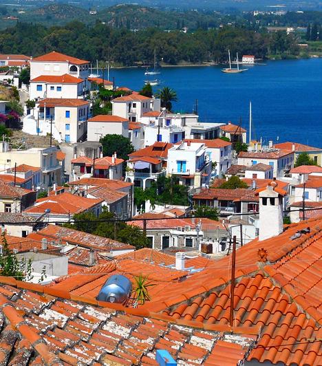 Porosz-szigetAz apró görög sziget mindössze 58 kilométerre fekszik Pireus-tól, a Peloponnészoszi-félszigettől pedig csak egy 200 méter széles tengeri csatorna választja el. Porosz, mint város a nyári időszakban gyönyörűen tiszta vizének és mesés tengerpartjának köszönhetően a sziget egyik legnépszerűbb üdülőhelye.