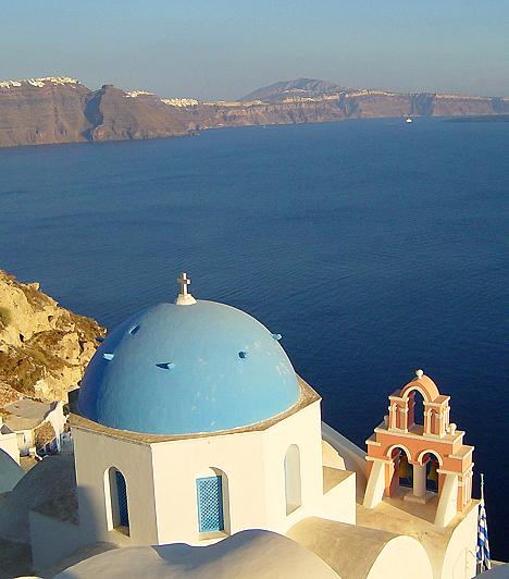 Santorini  Az Égei-tengeren található Santorini, más néven Théra szigetcsoportja sajátos jellegét egy vulkanikus robbanásnak köszönheti, mely eltüntette a sziget közepét, egy belső tengert, kalderát hozva létre - egyesek szerint a hatalmas robbanásnak köszönhető az atlantiszi civilizáció eltűnése is. A szigetcsoport ma Görögország egyik legnépszerűbb turisztikai célpontja.
