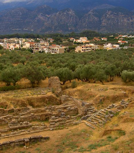 SpártaAz Eurótasz és a Knakion folyók között fekvő egykori peloponnészoszi katonaállam mára modern várossá vált, az ókori dicsőséget csupán a közeli tisztásokon és domboldalakon fekvő romok őrzik. Az egykori színház és az úgynevezett Leonidász-sír eredeti helyén látható, de a helyi múzeum további emlékeknek is otthont ad.