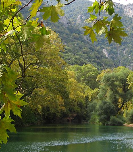Tempi-völgyA Tempi-vidék az Olümposz és az Osza között kanyargó Péneiosz-folyó szűk völgyét foglalja magában. A vadregényes, ugyanakkor békés táj a híres Apollón-forrásnak is otthont ad, melynek gyógyító erejéért évről évre számtalan zarándok keresi fel a környéket.