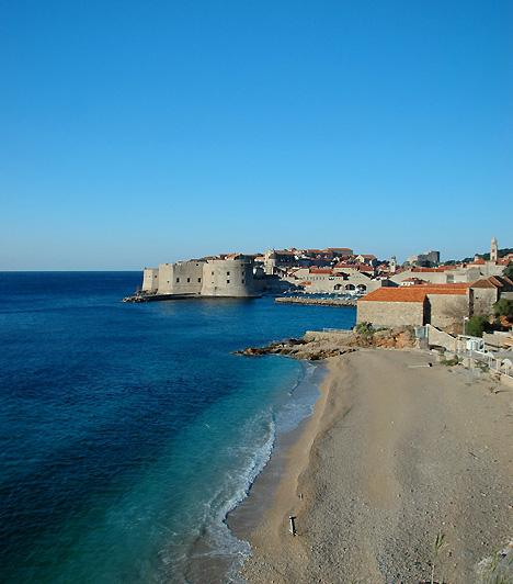 Banje, DubrovnikBanje Dubrovnik központi elhelyezkedésű, egyben legnépszerűbb fürdőhelye, kiváló kilátással az óvárosra. A partszakasz, illetve a strand, melynek szolgáltatásai igen magas szintűek, közvetlenül az óváros keleti bejáratával szemben helyezkedik el.
