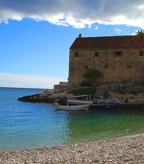 Dubovica, Hvar-szigetA levendulától illatozó Hvar-sziget a horvát szigetvilág egyik legszebb úti célja. Legnagyobb strandja a déli parton található Dubovica, mely lagúnaszerű hangulatával, hófehér fövenyével, gyönyörű, kristálytiszta vizével, illetve a partszakasz egyik oldalán elhelyezkedő aprócska faluval a lehető legtökéletesebb helyszín a kikapcsolódásra.