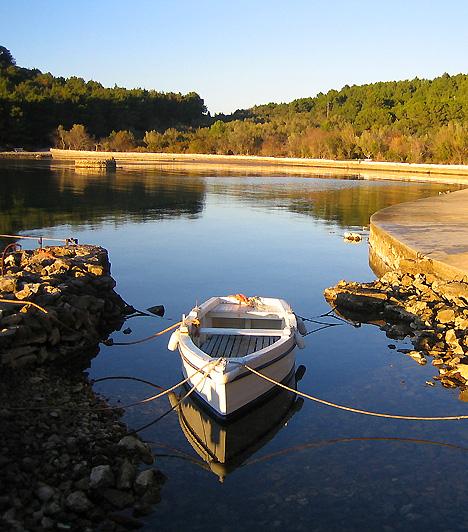 KukljicaKukljica festői szépségű turista-, illetve halászfalu nem messze Zadartól. Kristálytiszta vizével, fenyőerdeivel és csodás panorámájával a környék egyik legszebb, egyúttal pedig legfejlettebb partszakaszát tudhatja magáénak, mely a merülésen kívül számos vízisport-lehetőséget biztosít.
