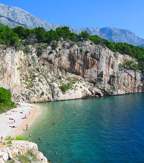 MakarskaA makarskai riviéra a dalmát part közepén helyezkedik el, és a legszebb horvát partszakaszokat foglalja magába. Ezek egyike Makarska város sziklákkal övezett, lagúnaszerű területeket is felvonultató tengerpartja, mely egyben a riviéra központja is.Kapcsolódó cikk:A 3 legszebb tengerparti strand Horvátországban »