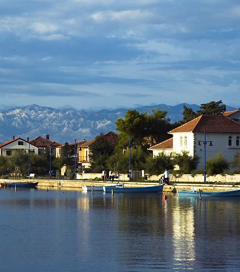 NinNin a legrégebbi horvát királyi város, egyúttal a horvát kultúra egyik kiemelkedő központja. A városka számos látnivalót tartogat, azonban sekély, kristálytiszta vizű, hegyekkel ölelt, lagúnaszerű partszakasza is magával ragadó. A ninskai lagúna egyike a legszebb homokos dalmát strandoknak.