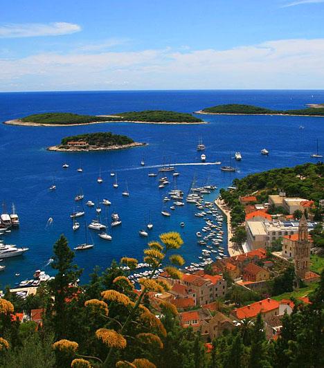 Pacleni-szigetekA Hvar környékén található partok legszebbjei közé tartoznak a Pakleni-szigetek strandjai - ezen szigetek területe körülbelül húsz kisebb-nagyobb szigetecskéből áll, melyek számos apró, sokszor eldugottabb strandot foglalnak magukba. A szigetek közül a Marinkovac, a Stinpaska, az Sv. Clement és az Sv. Jerolim a legnépszerűbb.