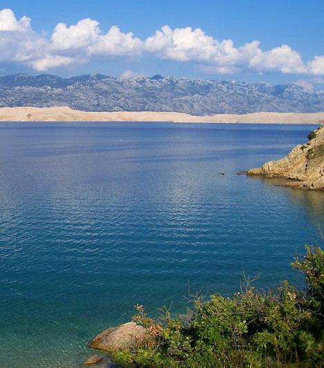 Novalja, Pag-szigetNovalja Pag szigetének turisztikai központja. A sziget mintegy 270 kilométer hosszú, barlangokkal, öblökkel és strandokkal szegélyezett partszakaszt tudhat magáénak, melynek területén a novaljai strand a leglátogatottabb. Novalja mindemellett az egyik legideálisabb úti cél Horvátországban, amennyiben a bulizásról van szó.