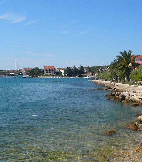 PetrcanePetrcane egy kilencszáz éves, festői halászfalu, Zadartól 12 kilométerre északnyugatra. A hely valódi mediterrán hangulatot áraszt, emellett hosszú, homokos partszakasz övezi, mely a családi pihenésnek, illetve a vízi sportok kedvelőinek egyaránt kedvez.