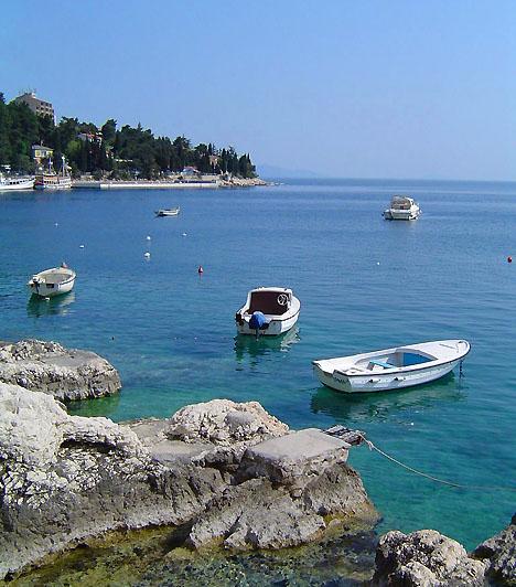 RabacAz egykori halászfalu ma az Isztria legnépszerűbb turistaparadicsoma - az idegenforgalom már a 19. század végén is igen jelentős volt a területen. A kavicsos part, a csodás természeti környezet és a gazdag víz alatti élővilág Rabac tengerpartját a környék egyik legkiválóbb merülő- és pihenőhelyévé avatja.