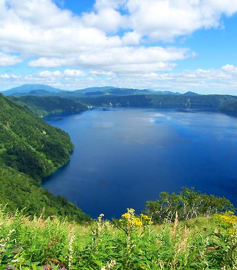 Akan Nemzeti Park, JapánA 8666 négyzetkilométeres nemzeti parkot 1934-ben alapították Hokkaido szigetén, nevét pedig a szigeten található két működő tűzhányó egyikéről kapta. A lápokkal és erdőkkel tarkított táj számos tónak, közöttük a világ legtisztább vizű tavának, az Ashu-nak is otthont ad.