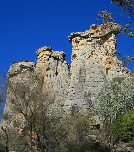 Carnarvon-szurdok Nemzeti Park, AusztráliaA nemzeti park nevét a középvonalát alkotó 32 kilométer hosszú és 180 méteres homokkőfalakkal határolt szurdokvölgy adta, melyet a Carnarvon-folyó vájt a Nagy-Vízválasztó-hegység keleti oldalába. A főszurdok mellékágai számos barlangot rejtenek, melyek közül nem egyben az ausztrál őslakosoktól származó sziklarajzok találhatóak.