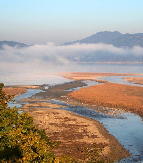 Corbett Nemzeti Park, IndiaAz 520 négyzetkilométernyi területet elfoglaló nemzeti park a Himalája déli vonulatainak lábánál terül el. A síkságokkal, dombokkal, szakadékokkal és vízmosásokkal tarkított táj igen gazdag élővilágnak, többek között rengeteg tigrisnek ad otthont. Nevét is a híres tigrisvadász, majd természetvédő Jim Corbettről kapta.