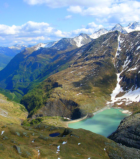 Hohe-Tauern Nemzeti Park, AusztriaA 2590 négyzetkilométeres nemzeti park az alpesi tájak jellegzetes flóráját és faunáját, valamint természeti képződményeit vonultatja fel. Európa legmagasabban fekvő műútja mellett hatalmas vízeséseknek, gleccsertavaknak és sziklás hegycsúcsoknak ad otthont.Kapcsolódó cikk:3 csodás hely Ausztriában »