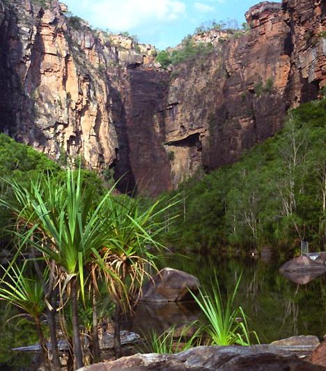 Kakadu Nemzeti Park, AusztráliaAz Ausztrália északi részén elterülő nemzeti park több mint 12 ezer négyzetkilométernyi területet foglal magában, így a világ egyik legnagyobb nemzeti parkjának számít. Az árterekkel, fennsíkokkal és meredek sziklafalakkal tűzdelt területen találtak rá Ausztrália egyik legrégebbi emberi településének nyomaira.