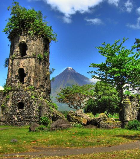 Mount Mayon Nemzeti Park, Fülöp-szigetekAz ősi kultúrák nyomait őrző romokkal tarkított, ám mindössze 55 négyzetkilométernyi területet elfoglaló nemzeti park leginkább arról híres, hogy központjában egy csaknem két és félezer méter magas működő tűzhányó emelkedik. A lélegzetelállító Mayon-vulkán azonban igen kiszámíthatatlan, az elmúlt néhány évszázad során több mint húsz alkalommal is kitört.