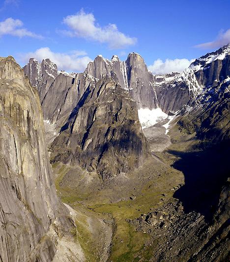 Nahanni Nemzeti Park, KanadaA Kanada északnyugati területén fekvő, csaknem ötezer négyzetkilométeres nemzeti park hatalmas sziklacsúcsaival, hévforrásaival, erdőivel és sebes folyóival sokak szerint a végtelen vadon tökéletes megtestesítője. Nem véletlen, hogy 1976-ban a legelső olyan terület volt, melyet a Világörökség részévé nyilvánítottak.