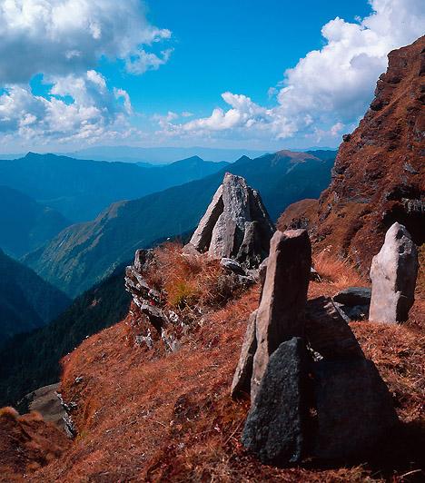 Nanda Devi Nemzeti Park, IndiaA nemzeti park India második legmagasabb, több mint 7800 méteres hegycsúcsáról, a Nanda Deviről kapta a nevét. Az itt található, hegyek által közrefogott medencét dús füvű legelői és gazdag élővilága miatt vadrezervátummá nyilvánították.