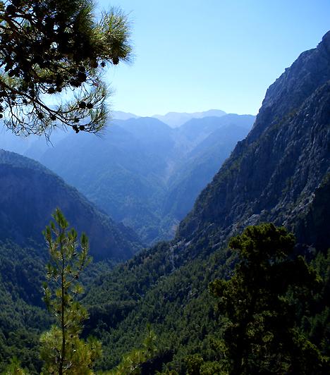 Szamária-szurdok Nemzeti Park, GörögországA Szamária-szurdok és környéke Görögország egyik legnépszerűbb úti célja. A mindössze nyolc kilométernyi területet magában foglaló nemzeti park a 16 kilométeres szurdok mentén húzódik. Az Omelosz-fennsíkról elindulva a szurdokon át egészen a tengerpartig el lehet sétálni.