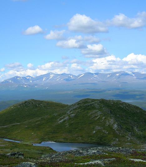 Sarek Nemzeti Park, SvédországAz 1940 négyzetkilométeres nemzeti park igazi lappföldi tájakra kalauzolja az északi tájak szerelmeseit. A táj Európa egyik legnagyobb kiterjedésű érintetlen vidékének számít, melyet számtalan szurdok, vízesés és erdő tesz még sokszínűbbé.
