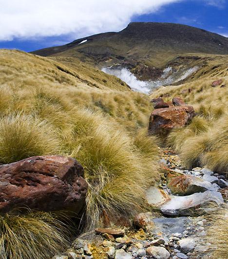 Tongariro Nemzeti Park, Új-ZélandAz Új-Zéland északi részén található nemzeti parkot a tuwahare törzs főnöke adományozta az új-zélandi kormánynak, mégpedig azért, hogy ily módon megóvja az itt található, a maorik szent hegyének számító három vulkanikus csúcsot. A még ma is aktív tűzhányók mellett hévforrások, vízesések és tavak tarkítják a tájat.