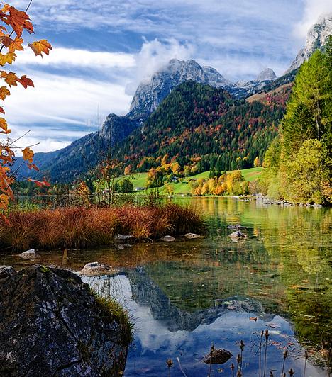 Berchtesgaden, Németország  Az Alpok hegyei és völgyei által birtokolt Berchtesgaden Nemzeti Park mesebeli tájai az osztrák határtól nem messze találhatóak. Varázslatos őszi színei mellett a bajor Alpok e gyöngyszeme Németország harmadik legmagasabb hegyét is magáénak tudhatja.  Kapcsolódó galéria: Őszi kirándulóhelyek itthon »