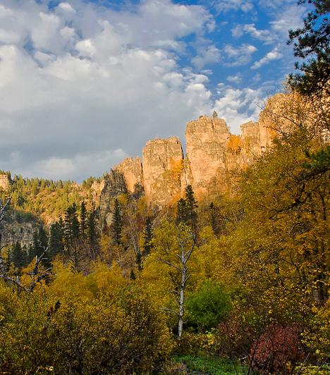 Black Hills, USAAz Észak-Amerikában található, a Sziklás-hegység különálló részét képező, elszigetelt hegyvidéki terület valódi vadnyugati hangulatot idéz. A változatos természeti formák egykor aranyásók lakta, vad tájait őszi színeik teszik meghittebbé.