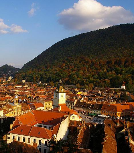 Brassó, RomániaAz Erdély délkeleti részén, a Kárpát-kanyarban található szász város békés, kissé melankolikus hangulatát az őszi színek csak tovább fokozzák. A környék ilyenkor, elsősorban a várost övező magaslatoknak, illetve az azokat borító erdőknek köszönhetően ezer színben pompázik.