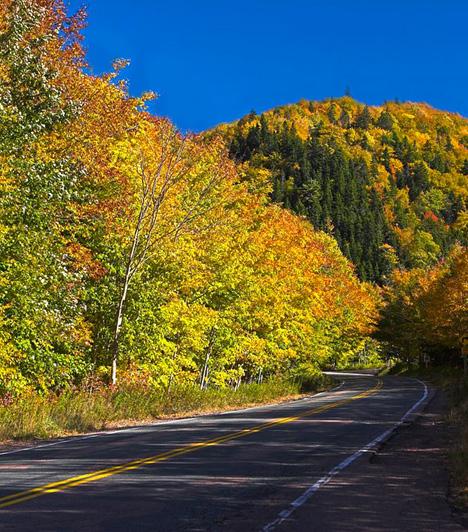 Cabot Trail, KanadaA látványos tájakon elhaladó kanadai autóút Új-Skócia tartományban húzódik, mintegy 298 kilométer hosszan. Az út csodás tavakat, folyókat, hegyeket, ősszel pedig végeláthatatlan, sárgán és narancssárgán pompázó lombokat tár az utazó elé.