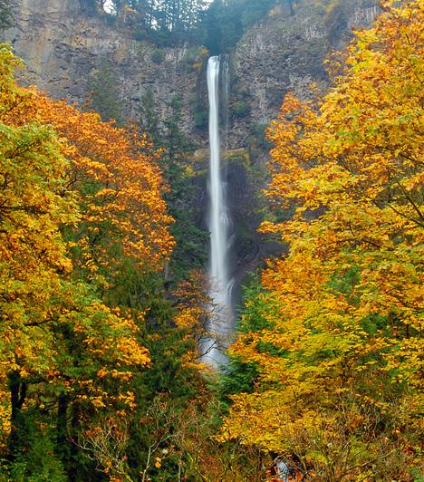 Columbia River Gorge, USA  A Columbia-folyó különösen védett területnek számító szurdokvölgye az Egyesült Államok északnyugati részén húzódik. Az olykor 1200 méter mély és 130 kilométer hosszú völgy a vadregényes természet mellett vízeséseiről híres, melyek környéke ősszel különösen gyönyörű.