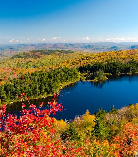 New England, USAAz Egyesült Államok északkeleti partvidékén található New England a világ leghíresebb őszi színkavalkádját tárja az utazó elé szeptember és november között. A vibráló színorgia többek között annak is köszönhető, hogy a vidék fái és erdői igen változatos képet mutatnak, az egyes típusok levelei pedig eltérő vegyi összetétellel, ezáltal ősszel a legkülönfélébb színekkel rendelkeznek.