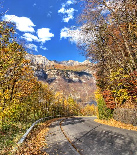 Quarten, Svájc  A St. Gallen kantonban található bájos svájci település egyedülálló hangulatához a tóvidék és a hegyek épp úgy hozzájárulnak, mint a csend és a nyugalom, mely a tájat uralja. Az ősszel arany- és rézszínekbe öltöző vidéket minden évszakban érdemes felfedezni.  Kapcsolódó cikk: Gyönyörű őszi háttérképek »