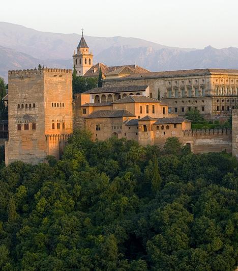 Alhambra, SpanyolországA híres mór építésű erőd és palota, Alhambra - a szó a vörös erődre utal - Granadától északkeletre, a Darro-folyó mentén emelkedik. A 13. és 15. század között felépített, csodás kertjeiről és faragásairól híres csoda 1984 óta az UNESCO Világörökség része.Kapcsolódó cikk:Európa 4 lenyűgöző csodája »