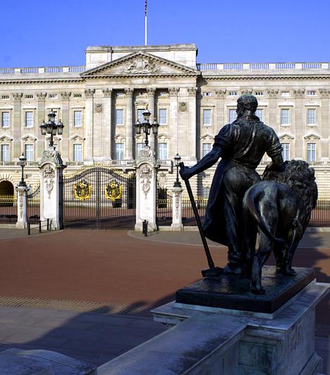 Buckingham-palota, London, AngliaA London belvárosában található Buckingham-palota a mindenkori brit uralkodó hivatalos rezidenciája és lakhelye. Alapjait 1703-ban tették le, utoljára pedig a 19. században alakították át, így belső berendezése is ebből a korból való. A palota néhány díszszobáját nyár végén, a királynő éves skóciai útjának ideje alatt a nagyközönség előtt is megnyitják.