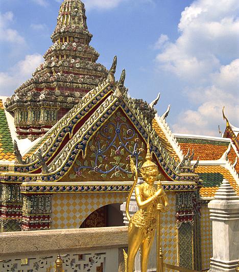 Nagy Palota, Bangkok, ThaiföldBangkok legnépszerűbb turistalátványossága egyértelműen a 18. században felépített Nagy Palota, mely a királyok hivatalos rezidenciájaként szolgált. A helyiek úgy tartják, a Smaragd Buddha templomában található, jádekőből készült szobor csodatévő erővel rendelkezik.