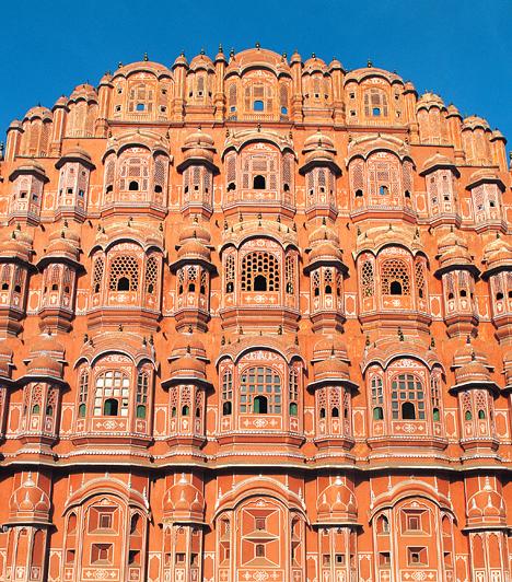 Hawa Mahal, Jaipur, IndiaA csodás Hawa Mahal-palota, más néven a Szelek Palotája Jaipur városának szimbóluma. A palota - mely egykor az uralkodó háremhölgyeinek lakhelyéül szolgált - elnevezése lyukacsos szerkezetére utal, ami gondoskodott az épület szellőzéséről, ugyanakkor a férfiszem által nem illethető lakók számára is lehetővé tette, hogy figyelemmel kísérjék a város történéseit.