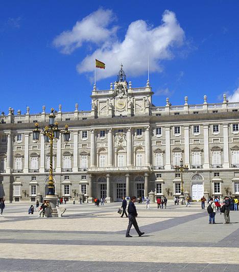 Királyi palota, Madrid, Spanyolország  A királyi palotát, mely Spanyolország legnagyobb ilyen jellegű barokk épülete, Madrid legszebb műemlékének tartják. Annak ellenére, hogy ma is hivatalos uralkodói rezidencia, jelenleg múzeum működik falai között. Fogadótermeit különleges alkalmakkor veszi igénybe a királyi család.