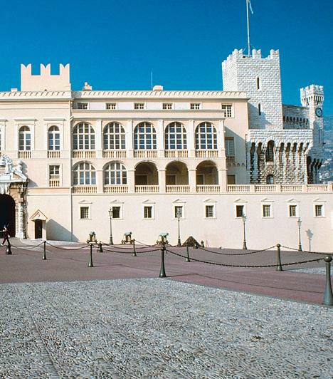 Hercegi palota, MonacoAz alapjait tekintve 1191-ben létrehozott, eredetileg erődként szolgáló épület ma a monacói herceg hivatalos rezidenciájaként funkcionál. A ma reneszánsz stílusjegyekkel rendelkező palota és tulajdonosai a 19. és 20. században a dekadens csillogás jelképeivé váltak. 1956-tól itt élt Grace Kelly is, minden idők egyik leghíresebb monacói hercegfelesége.