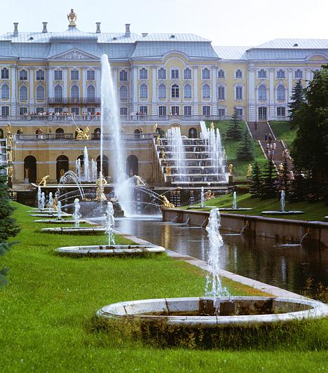 Peterhof, Szentpétervár, OroszországA Peterhof, vagyis az egykori cárok híres Nyári Palotája Szentpétervártól 29 kilométerre, a Finn-öböl partján fekszik. A fényűző, orosz Versailles-ként is emlegetett épületegyüttest a tengeri szimbolika uralja, különös hangulatát pedig tovább fokozza, hogy csatorna köti össze a nyílt tengerrel.