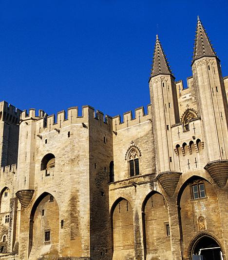 Pápai palota, Avignon, Franciaország  Az Avignon északi része fölött, a Dóm-sziklán elhelyezkedő pápai palota Európa legnagyobb gótikus épülete. Egykor erődként is szolgált, a 14. században pedig a nyugati kereszténység szimbólumának számított. A város képét alapjaiban meghatározó épületegyüttes egykor számos konklávé színhelye volt.