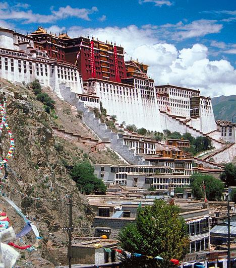 Potala-palota, Lhásza, KínaA 13 emeletes Potala-palota Lhásza városától nyugatra, 3630 méterrel a tenger szintje fölött magasodik. Az egykor a Buddha reinkarnációjának tartott Dalai Láma rezidenciájaként szolgáló épületegyüttes ma múzeum és zarándokhely, melyet az UNESCO 1994-ben a nyilvánított a Világörökség részévé.Kapcsolódó cikk:4 gyönyörű palota »