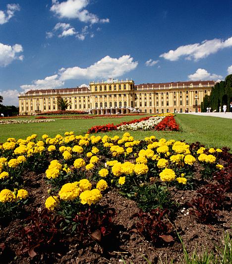Schönbrunn, Bécs, AusztriaAz Ausztria legismertebb műemlékének és legkeresettebb turistalátványosságának számító, barokk stílusú Schönbrunn I. Ferenc József egykori rezidenciájaként ismert. A ma múzeumként üzemelő palota mellett a meseszép kertben is érdemes egy kiadós sétát tenni.Kapcsolódó cikk:A tökéletes hely egy csajos hétvégéhez »